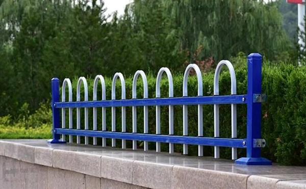 锌钢草坪护栏案例